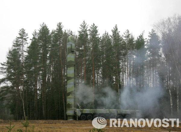 Демонстрация скоростного подъема транспортно-пускового контейнера пусковой установки РС-12 Тополь