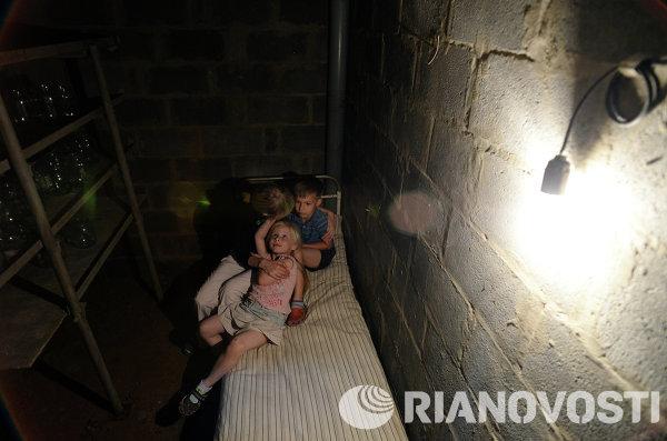 Худые пизды девушку потащили в подвал и трахнули заставляют