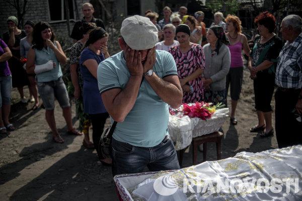Похороны погибших во время обстрела украинскими военными жителей станицы Луганская