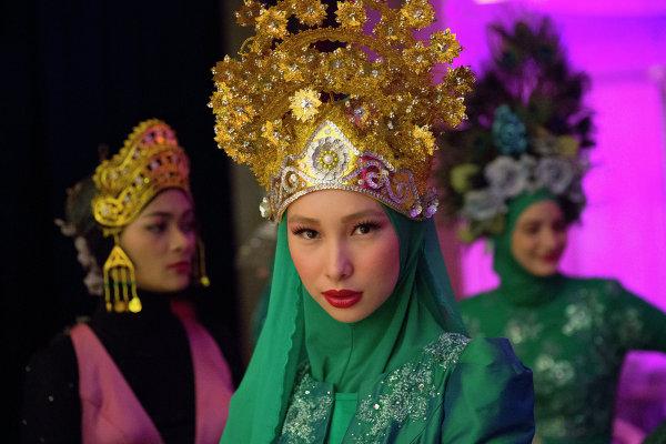 Модели за кулисами во время показа коллекции Calvin Thoo, фестиваль Исламской моды в Куала-Лумпуре