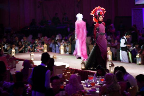 Модели во время показа коллекции Calvin Thoo, фестиваль Исламской моды в Куала-Лумпуре