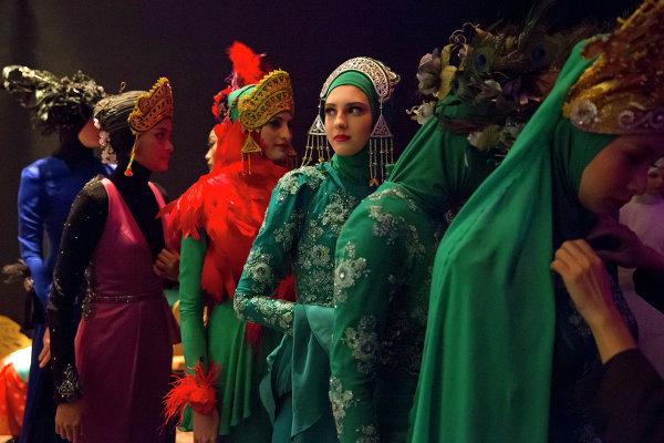 Модели за кулисами перед выходом на подиум во время фестиваля Исламской моды в Куала-Лумпуре