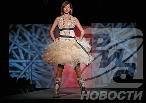 Demostración de la colección de la diseñadora Elena Skakun durante la Semana de Moda en Moscú