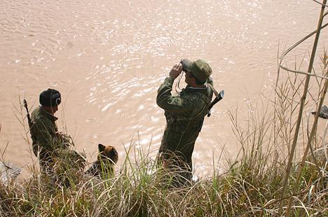 La lucha contra el narcotráfico es sobre todo intensa en la frontera tayiko-afgana. En los tres primeros meses de 2006 han sido incautados más de 400 kilogramos de estupefacientes, entre ellos 300 kilos de heroína.