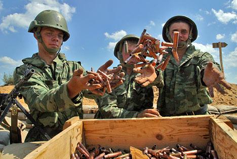 Militares rusos recogen cartuchos vacíos después de los ejercicios de tiro.