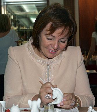 La esposa del presidente de Rusia, Liudmila Putina, pintó dos caballitos: uno creado en la Fábrica Imperial de Porcelana y otro, de arcilla, de los famosos juguetes de Dimkovo.