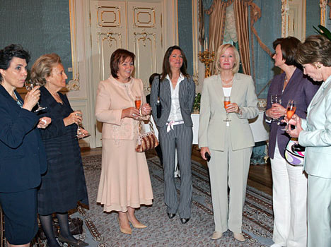 """Las primeras damas con mucho interés estaban comparando los resultados de su trabajo. Los organizadores de la exposición les prometieron que todas ellas recibirían su """"ejemplar de autor"""". La esposa del primer ministro de Italia, Flavia Franzoni; la esposa del presidente de Francia, Bernadette Chirac; la esposa del presidente de Rusia, Liudmila Putina (de izquierda a derecha); la esposa del presidente de EEUU, Lora Bush; la esposa del primer ministro de Gran Bretaña, Cherry Blair, y la esposa del primer ministro de Canadá, Lorin Harper (de derecha a izquierda) antes de comenzar el desayuno."""
