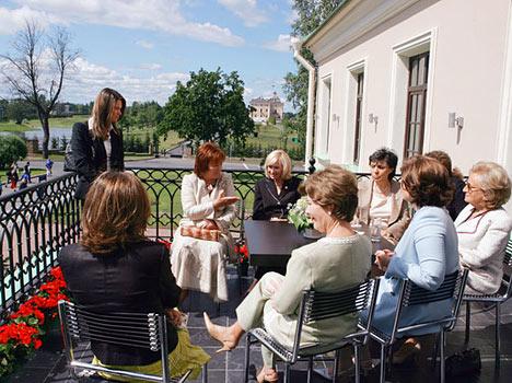 """Junto con el G8, en la reunión participó el """"gran sexteto"""". Así llamaban los periodistas a las esposas de los líderes del Grupo. Para las primeras damas fue elaborado un programa especial, no sólo excursionista. Pues de hecho todas ellas se conocen en sus respectivos países no sólo como esposas de presidentes."""