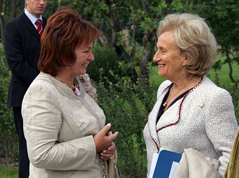 """Hace dos años, a iniciativa de las primeras damas de EEUU y Gran Bretaña, ellas empezaron a reunirse para debatir la situación de las mujeres y los niños. Cada una se dedica a la actividad de caridad y el trabajo social. Las esposas de los presidentes de Rusia y Francia, Liudmila Putina y Bernadette Chirac (de izquierda a derecha) antes de comenzar una """"mesa redonda"""" dedicada a los problemas de educación."""