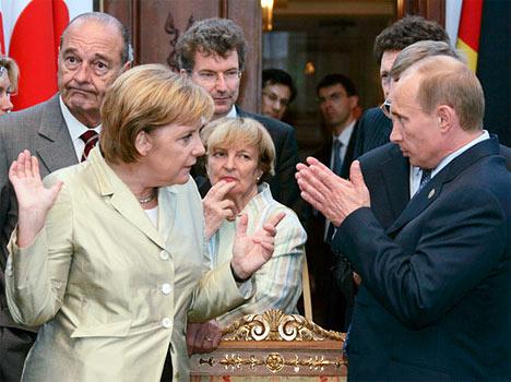 El presidente de Francia, Jacques Chirac; la canciller alemana Angela Merkel, y el presidente de Rusia, Vladimir Putin (de izquierda a derecha), después de la oficial toma de fotos.