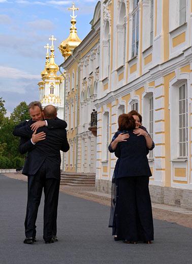 El presidente de Rusia, Vladimir Putin, con la esposa (en el primer plano) y el primer ministro de Gran Bretaña, Anthony Blair,  con la esposa (en el segundo plano), antes de comenzar el almuerzo no oficial de los Jefes de Estado y Gobierno del G8. Peterhoff.