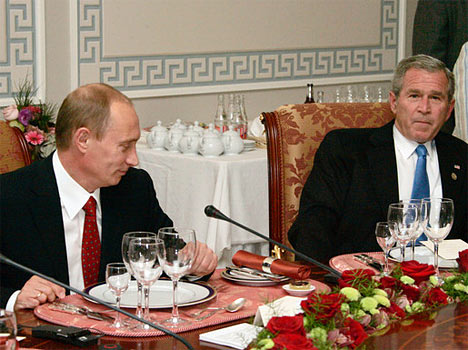 El presidente de Rusia, Vladimir Putin, y el presidente de EEUU, George Bush (de izquierda a derecha) durante el almuerzo de trabajo de los Jefes de Estado y Gobierno.