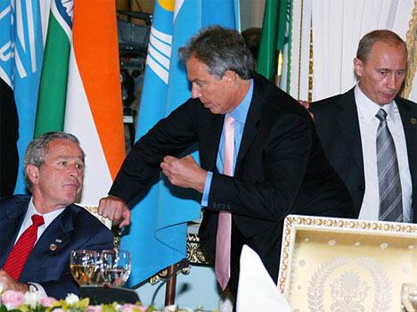 Almuerzo de trabajo de los Jefes de Estado o de Gobierno de los países del G8 y los líderes de países y dirigentes de organizaciones internacionales invitados a asistir a la reunión. De izquierda a derecha: presidente de EEUU, George Bush; primer ministro del reino Unido de Gran Bretaña e Irlanda del Norte, Anthony Blair, y presidente de Rusia, Vladimir Putin.