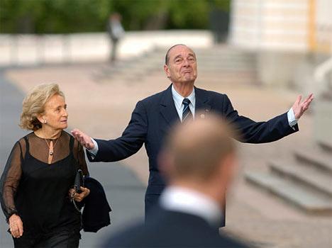 El presidente de Francia, Jacques Chirac, con la esposa, antes de comenzar el almuerzo extraoficial de los Jefes de Estado y Gobierno del G8. Peterhoff.