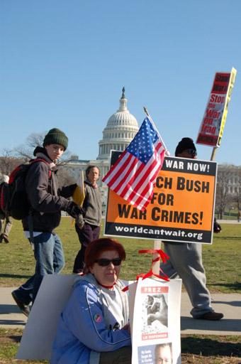MITIN DE PROTESTA CONTRA LA GUERRA EN IRAK FRENTE AL CONGRESO DE EE UU