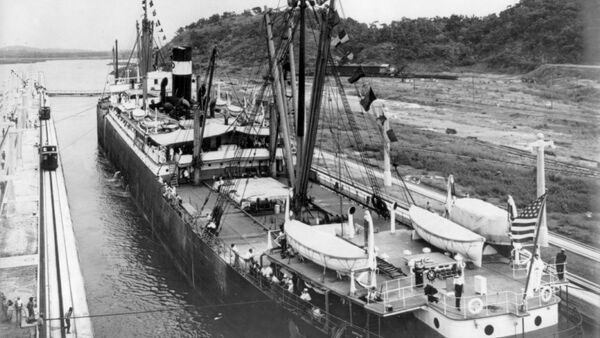 El primer buque pasa por el Canal de Panamá - Sputnik Mundo