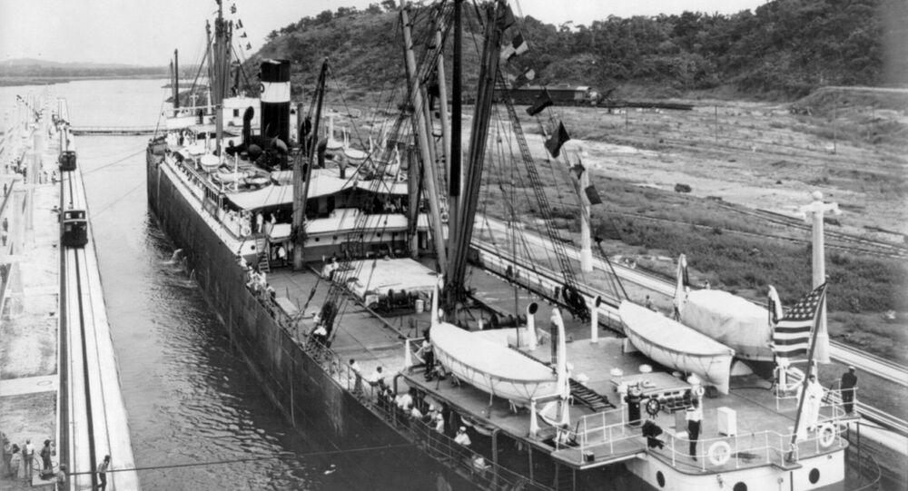El primer buque pasa por el Canal de Panamá