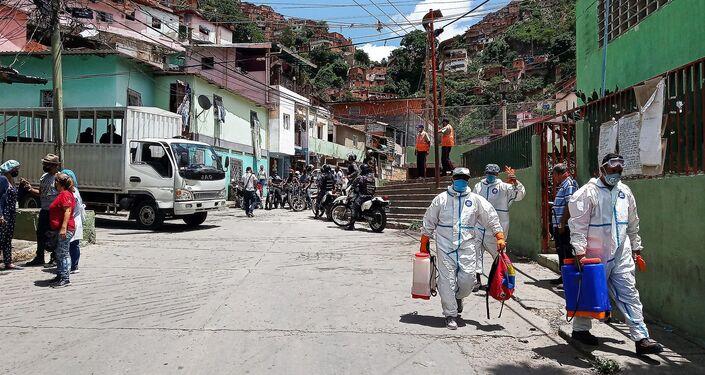 Brigada Comuna de Trabajo y Producción saliendo a realizar las tareas de desinfección