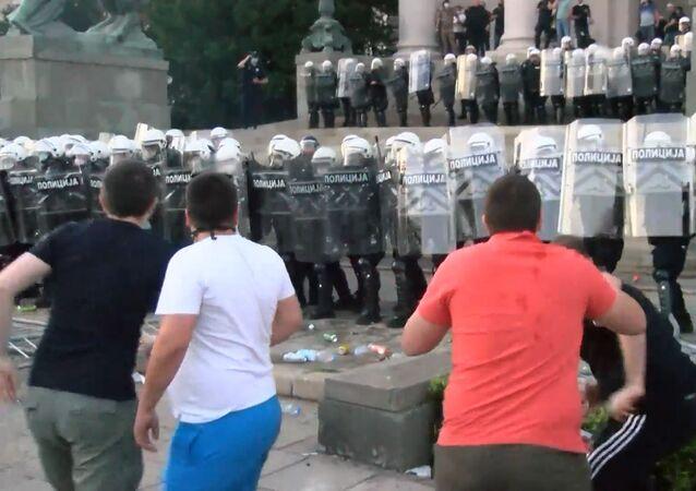 Gas lacrimógeno y disturbios cerca de la Asamblea Nacional serbia contra las medidas por el COVID-19