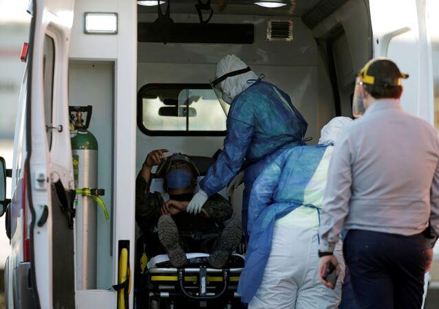 Un migrante siendo atendido en una ambulancia en México