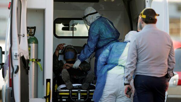Un migrante siendo atendido en una ambulancia en México - Sputnik Mundo