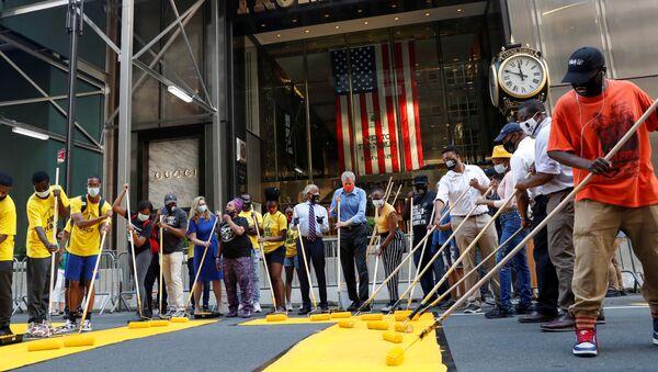 Autoridades de la ciudad de Nueva York pintando Black Lives Matter afuera de la Torre Trump - Sputnik Mundo