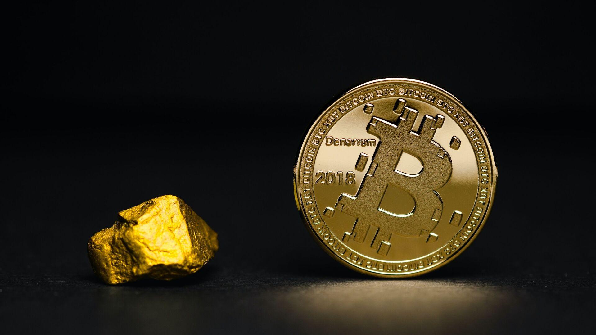 Una pepita de oro y un bitcoin (imagen referencial) - Sputnik Mundo, 1920, 19.02.2021