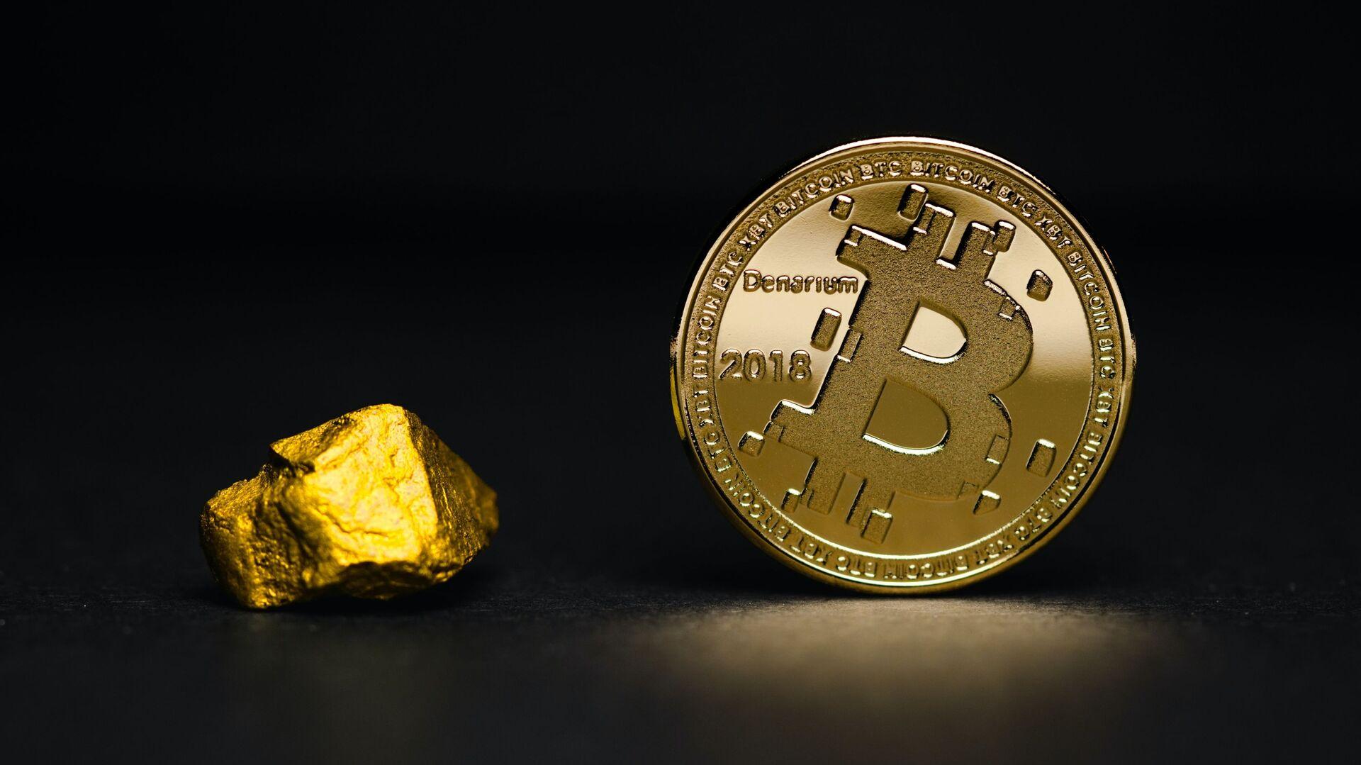 Una pepita de oro y un bitcoin (imagen referencial) - Sputnik Mundo, 1920, 09.06.2021
