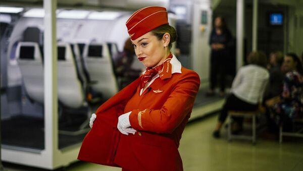 Autodefensa y postura ideal: ¿qué se necesita para ser auxiliar de vuelo?   - Sputnik Mundo