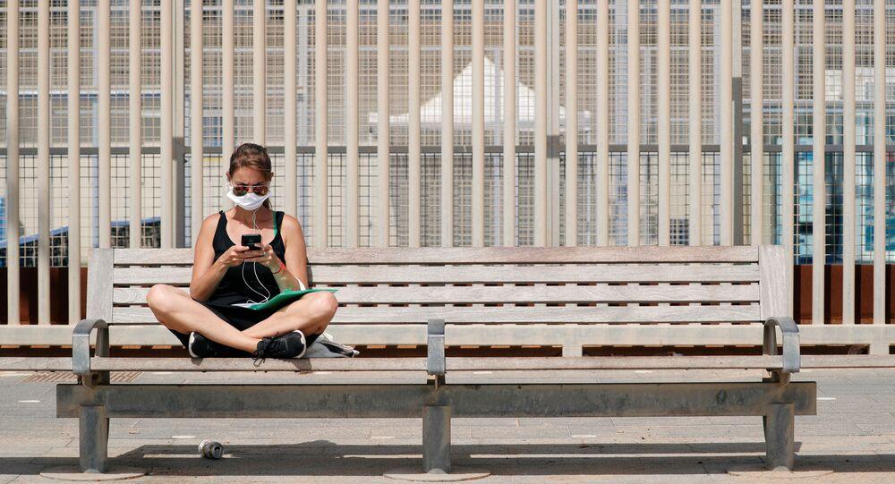 Una joven con una mascarilla en España
