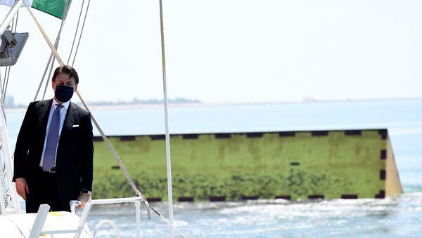 El primer ministro italiano Giuseppe Conte puso en acción el sistema de diques que debe proteger la ciudad de Venecia de las inundaciones - Sputnik Mundo
