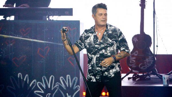 Alejandro Sanz durante un concierto (imagen referencial) - Sputnik Mundo