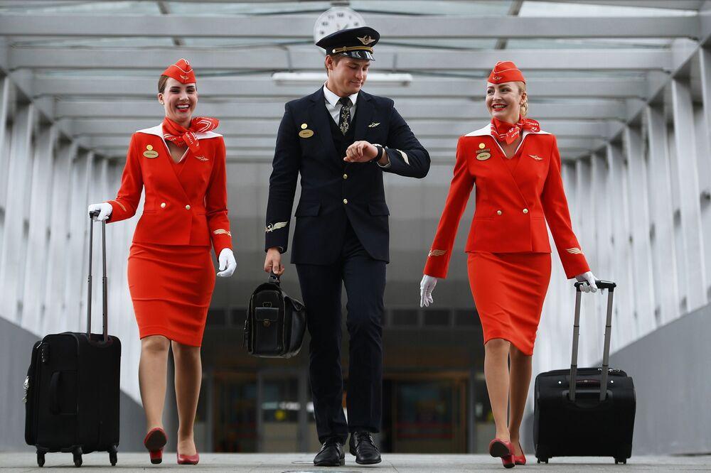 Бортпроводники авиакомпании Аэрофлот Анастасия Белоусова, Никита Дука и старший бортпроводник авиакомпании Аэрофлот Мария Трофимова (слева направо) в терминале аэропорта Шереметьево.