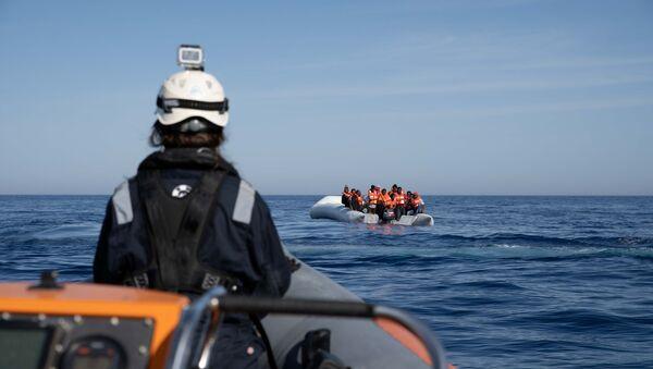 Una patera con migrantes en el Mediterráneo (imagen referencial) - Sputnik Mundo
