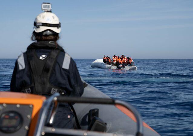 Una patera con migrantes en el Mediterráneo (imagen referencial)