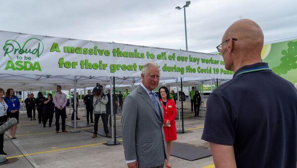 El príncipe Carlos durante su visita a un supermercado en Bristol - Sputnik Mundo