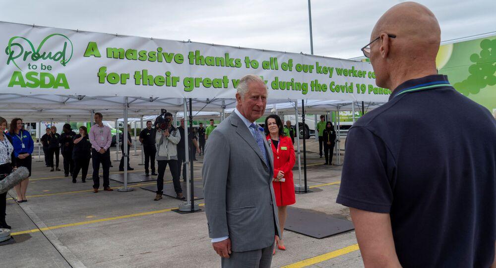 Conoce al Príncipe Carlos; se desmaya