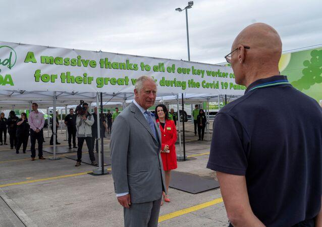El príncipe Carlos durante su visita a un supermercado en Bristol