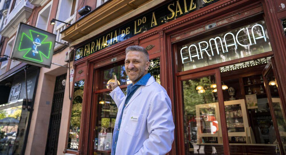 El actor Miguel Ángel Garzón frente al establecimiento en el que se basó 'Farmancia de Guardia'