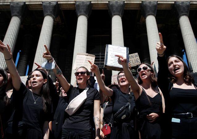 Feministas protestan en París, Francia