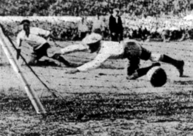 Uruguay anotó durante la final de la Copa Mundial contra Argentina, en Montevideo, Uruguay, el 30 de julio de 1930. Uruguay derrotó a Argentina por cuatro goles a dos. (Foto AP)