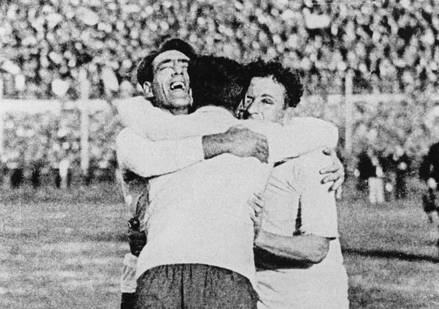 Los uruguayos Pedro Cea, Héctor Scarone y Héctor Castro (de L) celebran después de que Uruguay venció a Argentina 4-2 en la primera final de la Copa Mundial de fútbol en Montevideo el 30 de julio de 1930. STF / AFP