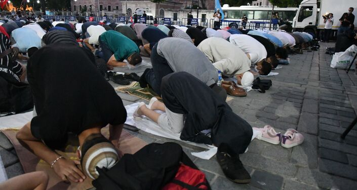 Los musulmanes rezan cerca de Santa Sofía