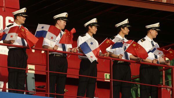 Marineros chinos con las banderas de Panamá y China - Sputnik Mundo