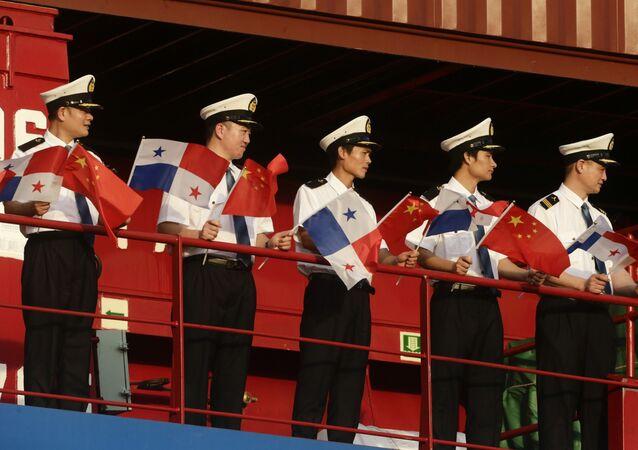 Marineros chinos con las banderas de Panamá y China