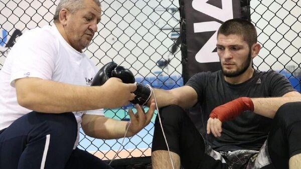 El luchador ruso Khabib junto a su padre Abdulmanap Nurmagomedov - Sputnik Mundo