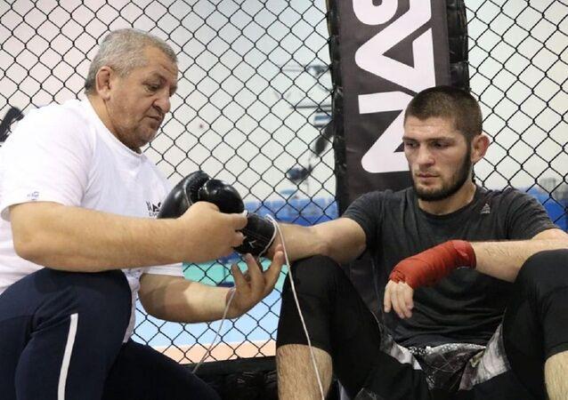 El luchador ruso Khabib junto a su padre Abdulmanap Nurmagomedov