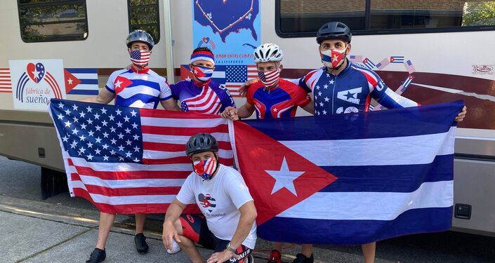 El profesor cubanoamericano Carlos Lazo junto a otros ciclistas de la fábrica de sueños