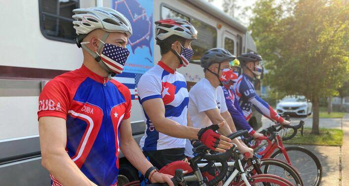 El profesor Carlos Lazo junto a otro ciclistas se preparan para el recorrido de 5.000 kilómetros a través de Estados Unidos