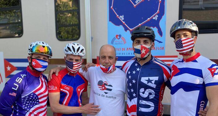 El profesor Carlos Lazo junto a otro ciclistas de la 'Fábrica de sueños'